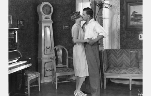 Nuorenparin (Elsa Segerbergin ja Joel Rinne) ensisuudelma.