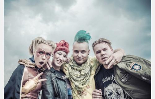 Ystävykset Super-Gitta (Miina Penttinen), Milla (Milka Suonpää), Ämpäri (Teemu Nieminen) ja Aimo (Joel Hirvonen).