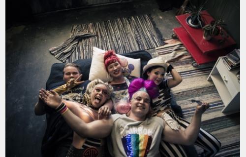Ystävykset Aimo (Joel Hirvonen), Gitta (Miina Penttinen), Milla (Milka Suonpää), Ämpäri (Teemu Nieminen) ja Siiri (Pauliina Suominen).