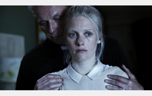 Aviopari Lauri (Eero Aho) ja Kiia (Laura Birn). Kuva: Jaana Rannikko. © Vertigo Production Oy.