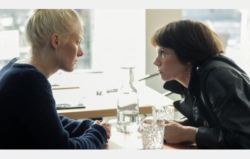 Kiia (Laura Birn) ja Hanna (Mari Rantasila). Kuva: Jaana Rannikko. © Vertigo Production Oy.