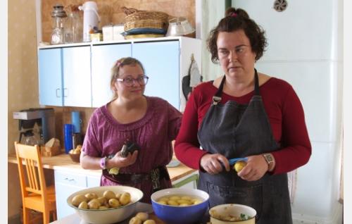 Alli (Anna-Leena Sipilä) ja Mervi (Minna Koskela). Kuva: Johanna Vuoksenmaa. © Dionysos Films Oy.