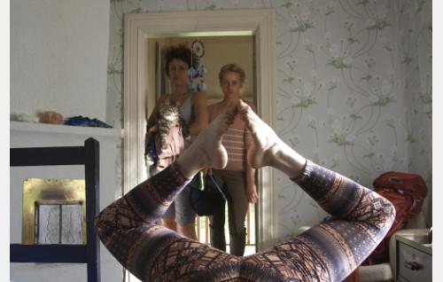 Saara (Minttu Mustakallio),  Kaisa-Leena (Iina Kuustonen) ja joogaava Emma (Essi Hellén). Kuva: Johanna Vuoksenmaa. © Dionysos Films Oy.