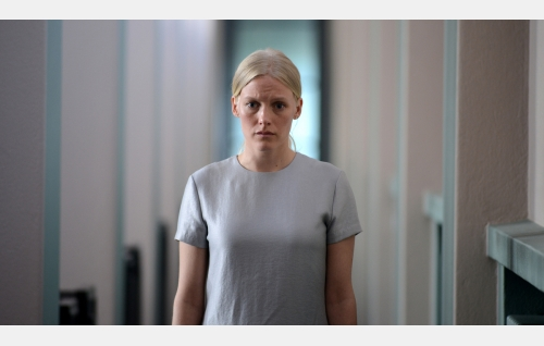 Kiia (Laura Birn). Kuva: Petri Kotwica. © Oy Nordisk Film Ab.