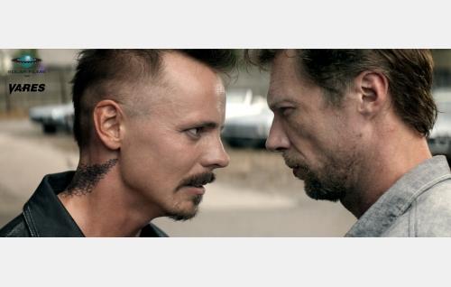 Kyypakkaus (Jasper Pääkkönen) ja Vares (Antti Reini). © Solar Films Inc. Oy.