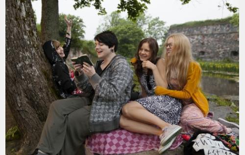 Ystävykset Jenny (Sara Soulié), Aino (Bahar Tokat), Taru (Misa Lommi) ja Jessica (Ida Vakkuri). Kuva: Jaana Rannikko.