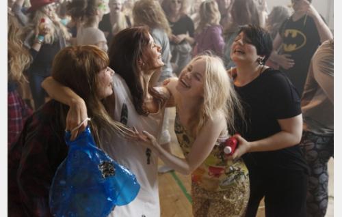 Jenny (Sara Soulié), Taru (Misa Lommi), Jessica (Ida Vakkuri) ja Aino (Bahar Tokat) juhlimassa. Kuva: Jaana Rannikko.
