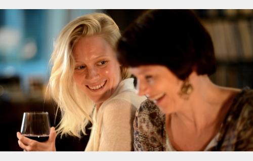 Kiia (Laura Birn) ja Hanna (Mari Rantasila). Kuva: Petri Kotwica. © Oy Nordisk Film Ab.