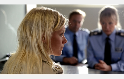 Kiia (Laura Birn) poliisiasemalla. Kuva: Petri Kotwica. © Oy Nordisk Film Ab.