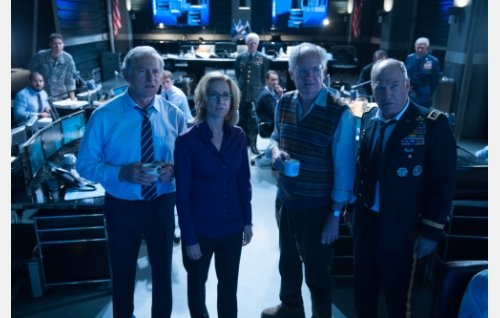 Komentokeskuksessa varapresidentti (Victor Garber), CIA-päällikkö (Felicity Huffman), Herbert (Jim Broadbent) ja kenraali Underwood (Ted Levine).