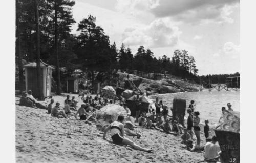 Uimarantaelämää. Kohtaus on kuvattu Helsingin Munkkiniemessä.