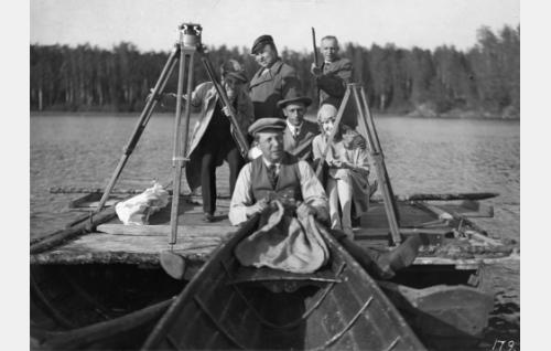 Kuvausryhmää Margitin soutukohtauksessa. Kamerajalustan takaa kurkkii ohjaaja Waldemar Wohlström. Veneestä pitää kiinni lavastaja Carl Fager ja valokuvausjalustan takana istuvat kuvaaja Frans Ekebom ja näyttelijä Birgit Sergelius. Taustalla keskellä seisoo näyttelijä Pekka Lönngren vierellään naamioija Hannes Kuokkanen. Lönngren tunnettiin paremmin toimittajana.