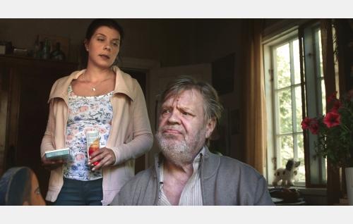 Isä ja tytär: Urho (Vesa-Matti Loiri) ja Tiina (Armi Toivanen). Kuva: Marianna Films Oy / Kalle Ahti.