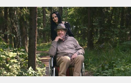 Emilia (Lenita Susi) ja Urho (Vesa-Matti Loiri). Kuva: Marianna Films Oy / Kalle Ahti.