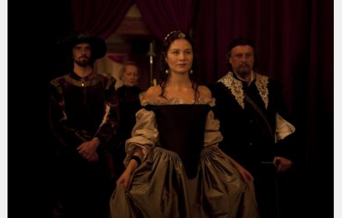 Kuningatar Kristiina (Malin Buska), kreivi Johan Oxenstierna (Lucas Bryant) ja kansleri Axel Oxenstierna (Michael Nyqvist). Kuva ©: Veera Aaltonen.