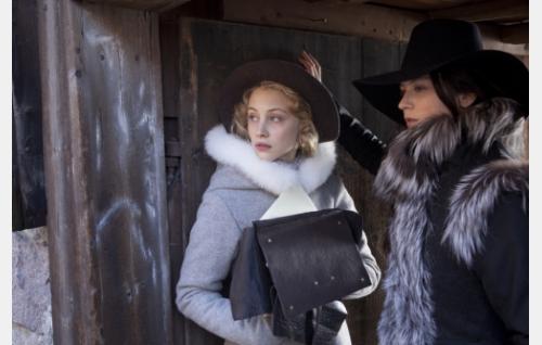 Kreivitär Ebba Sparre (Sarah Gadon) ja kuningatar Kristiina (Malin Buska). Kuva ©: Veera Aaltonen.