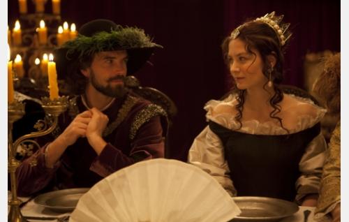 Kreivi Johan Oxenstierna (Lucas Bryant) ja kuningatar Kristiina (Malin Buska). Kuva ©: Veera Aaltonen.