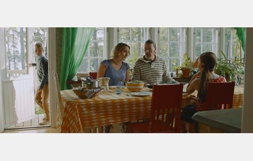Toni (Milo Snellman), Suvin vanhemmat (Sanna Stellan, Toni Wahlström) ja Suvi (Salli Siivonen, selin). © Solar Films Inc. Oy.