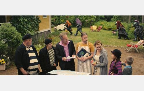 Lökö (Jan Nyquist), Mökö (Timo Kahilainen), Maxim (Taneli Mäkelä), Suvin vanhemmat (Toni Wahlström, Sanna Stellan), Suvi (Salli Siivonen) ja Toni (Milo Snellman). Taustalla hiippailevat Hevisaurukset. © Solar Films Inc. Oy.