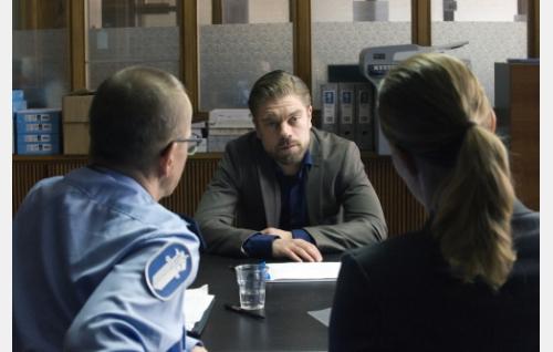 Jussi (Joonas Saartamo) poliisin puheilla. © Helsinki-filmi Oy.