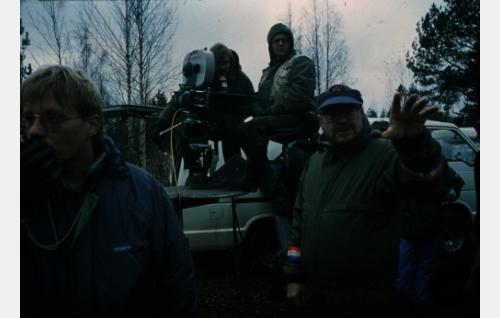 Kuvausryhmä ja ohjaaja Parikka.