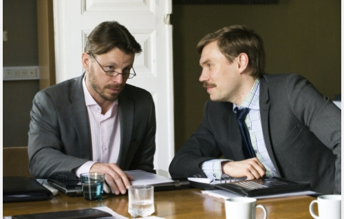 Raimo (Peter Franzén) ja hänen työtoverinsa (Jussi Nikkilä). © Helsinki-filmi Oy.