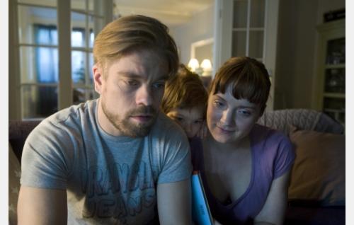 Jussi (Joonas Saartamo) ja hänen vaimonsa Eeva (Elena Leeve). © Helsinki-filmi Oy.