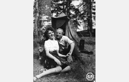 Mauri Miettisen sisar Maiju (Assi Nortia) ja Nikke Vuorento (Sasu Haapanen).