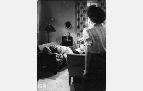 Sohvalla Helena Kara ja Sasu Haapanen, seisomassa Assi Nortia.