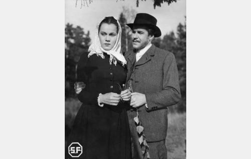 Anna Liisa (Mervi Järventaus) ja Mikko (Edvin Laine).
