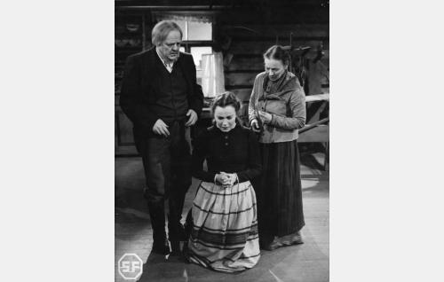 Kortesuon isäntä (Yrjö Tuominen) ja emäntä (Aino Lohikoski), polvistuneena heidän tyttärensä Anna Liisa (Mervi Järventaus).