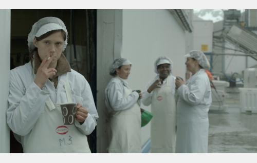 Ansa (Krista Kosonen), taustalla Maj-Lie (Ellen Zahl Jonassen), Wanda (Kim Fairchild) ja Birgit (Jannik Bonnevie). Kuva: Elokuvayhtiö Oy Aamu Ab.