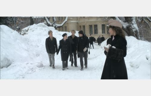 Koulutoverit Zviga (Viggo Idman), Cedi (Oskar Pöysti), Henning (Martin Bahne) ja Eccu (Jakob Öhrman), etualalla oikealla Lucie (Jessica Grabowsky) . Kuva: Helsinki-filmi Oy.