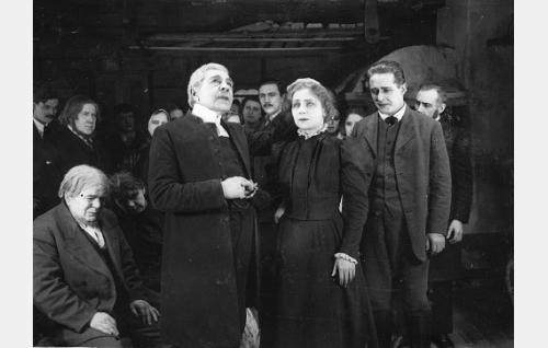 Anna-Liisa (Helmi Lindelöf) tunnustaa rikoksensa rovastille (Axel Ahlberg). Etualalla vasemmalla Anna-Liisan isä (Hemmo Kallio) ja oikealla Johannes (Emil Autere).