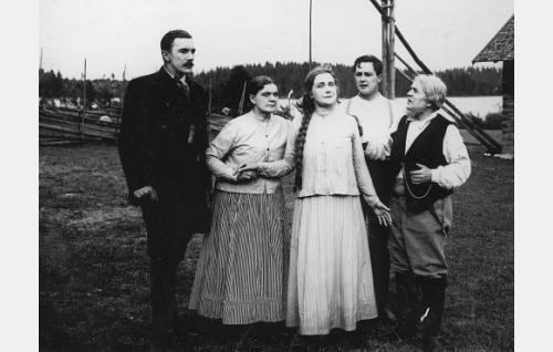 Mikko (Einari Rinne), Kortesuon emäntä (Meri Roini), Anna-Liisa (Helmi Lindelöf), Johannes (Emil Autere) ja Kortesuon isäntä (Hemmo Kallio).