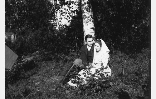 Kortesuon Anna-Liisa (Helmi Lindelöf) ja hänen nuoruudenrakastettunsa Mikko (Einari Rinne).
