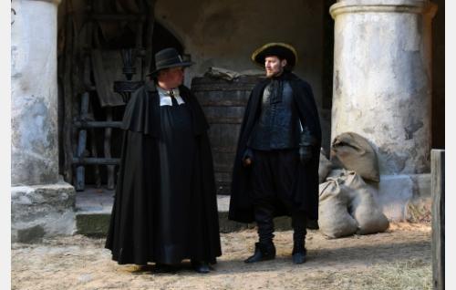 Kirkkoherra Kjellinus (Claes Malmberg) ja tuomari Psilander (Magnus Krepper). Kuva: © Periferia Productions Oy.