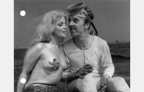 Merenneito Helmi (Sirkka-Liisa Wilén) ja Pekka (Esa Pakarinen)
