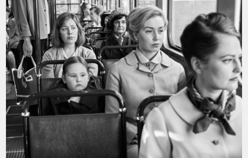 Raija (Oona Airola) raitiovaunussa. Kuva: Kuokkasen Kuvaamo, © Elokuvayhtiö Oy Aamu Ab.