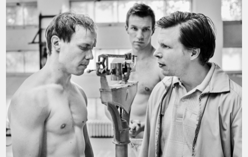 Nyrkkeilijät (Jarkko Lahti ja Olli Rahkonen) ja manageri (Eero Milonoff) salilla. Kuva: Kuokkasen Kuvaamo, © Elokuvayhtiö Oy Aamu Ab. nyrkkeilijä (Olli Rahkonen)
