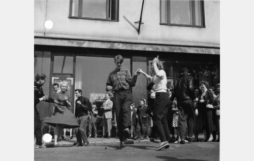 Nuoriso tanssi rock-musiikin tahtiin Sacy Sandsin laulaessa. Pekka ja Pätkä säestävät.
