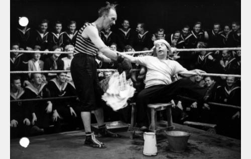 Pekka joutuu osallistumaan nyrkkeilyotteluun, Pätkä toimii avustajana.