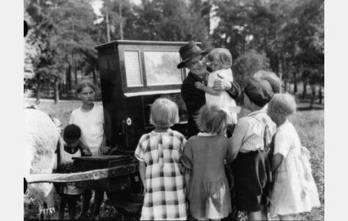 Lasten keskellä Waldemar Wohlström.