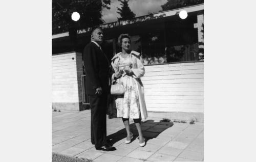 Gunvor Sandkvist (Kirsti Ström) ja Tauno Palo (arkkitehti Vaara)
