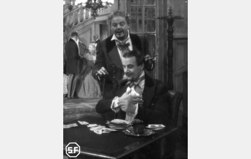 Seikkailijat Triple (Jalmari Rinne, istumassa) ja Pomsakoff (Sven Relander).