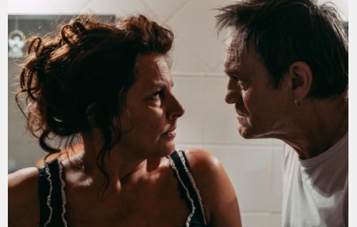 Jonnan vanhemmat, Pirjo (Satu Silvo) ja Steven (Jonathan Hutchings). Kuva: Laura Mainiemi.