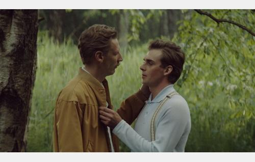 Touko (Pekka Strang) ja Nipa (Lauri Tilkanen). Kuva: Helsinki-filmi Oy. Kuvattu laajasalossa
