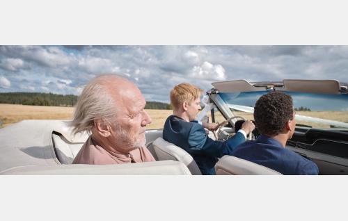 Veikko (Heikki Nousiainen), Mika (Mikko Nousiainen) ja Kamal (Noah Kin). Kuva: © Solar Films Inc Oy.