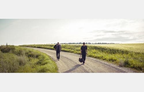 Veikko (Heikki Nousiainen) ja Kamal (Noah Kin). Kuva: © Solar Films Inc Oy.