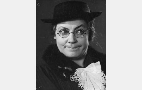 Rouva Edla Sjöroos (Emmi Jurkka).